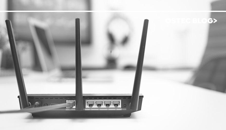 Cabo conectado em modem com três antenas