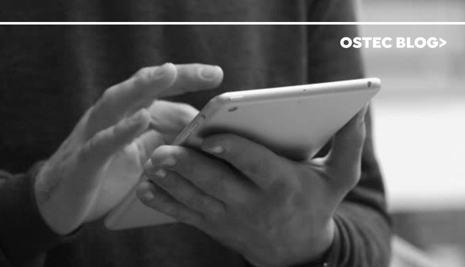Homem segurando um tablet em suas mãos