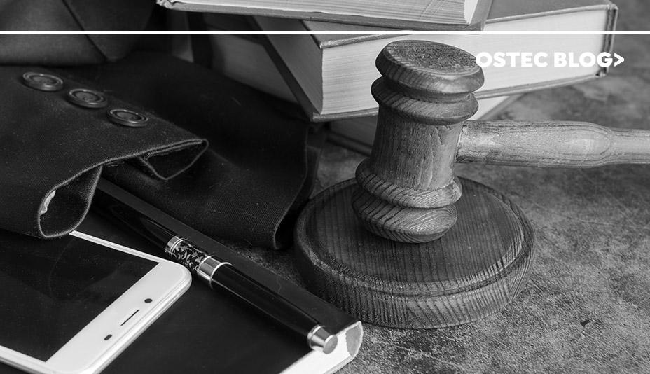 Martelo, celular e terno sobre uma mesa.