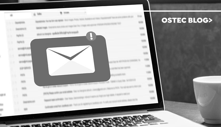 Tela de notebook exibindo um grande ícone de e-mail.
