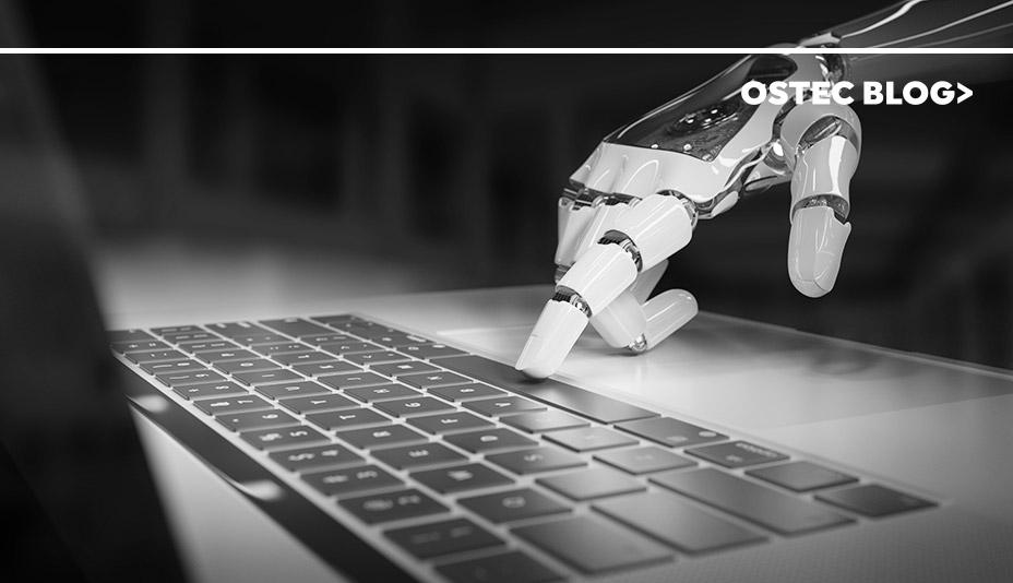 Mão de robô digitando no teclado de um notebook. Representando bots maliciosos