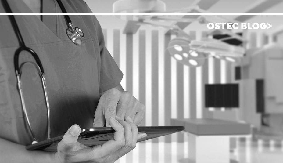 Enfermeira segurando um tablet em um hospital