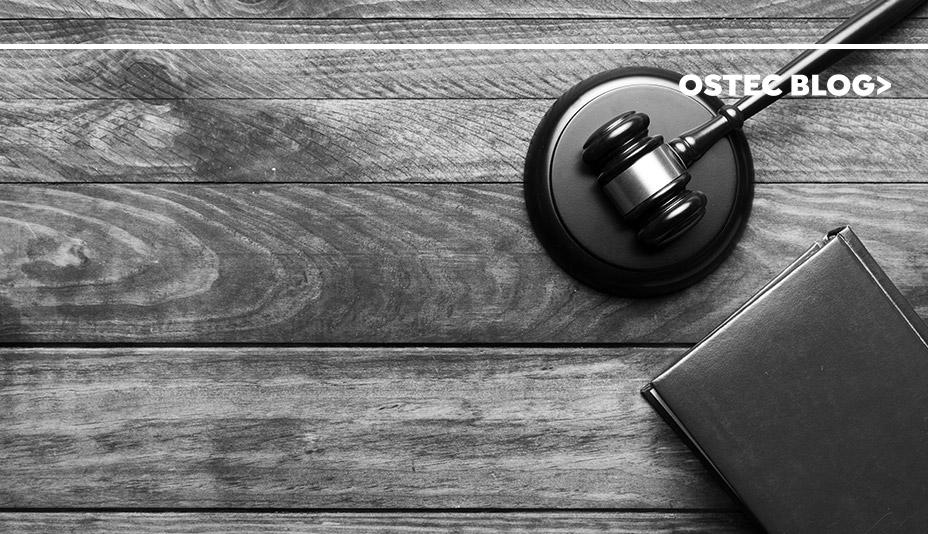 Martelo de Juiz e agenda sobre uma mesa de madeira.