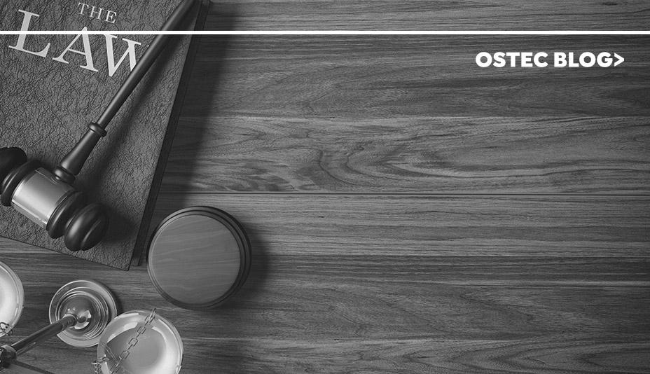 Martelo de Juiz e balança juridica sobre uma mesa de madeira.