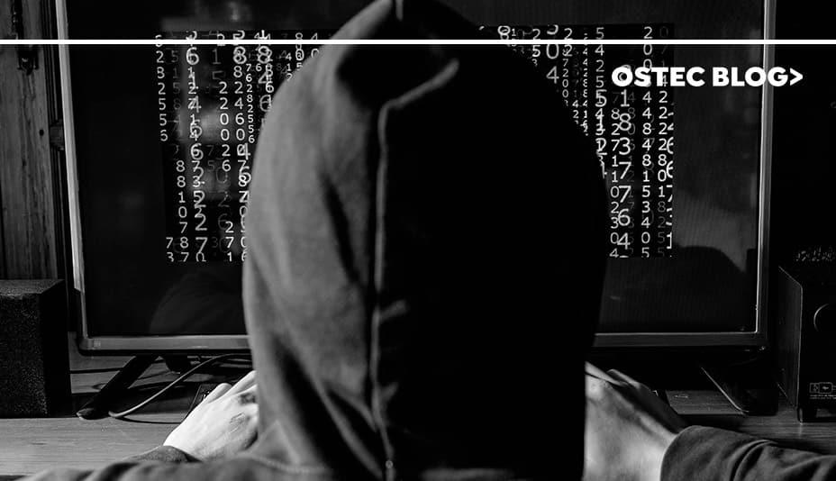 Cibercriminosos em frente a tela de computador, usando o ransomware WastedLocker.