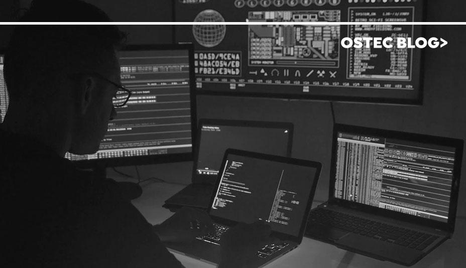 Sombra de homem em uma sala escura em frente a muitos computadores