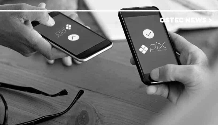 Dois smartphones com aplicativo pix em suas telas