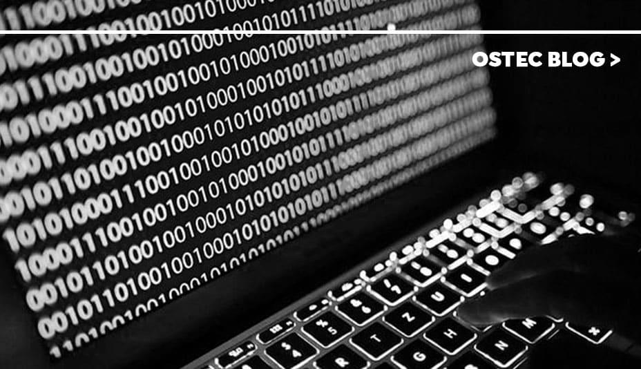 Notebook aberto com código binário em sua tela, simulando o ransomware doppelpaymer