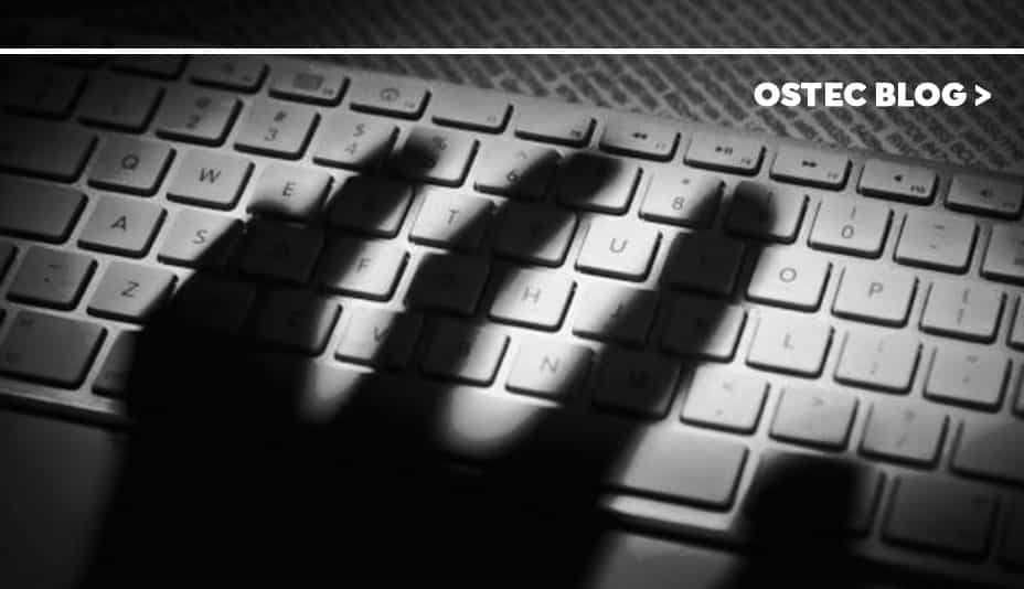 Sombra de mão sobre teclado de computador.