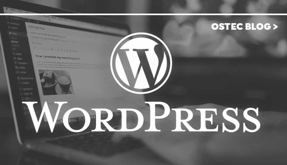 Logo do WordPress vetorizado sobre a imagem de um notebook aberto sobre uma mesa.