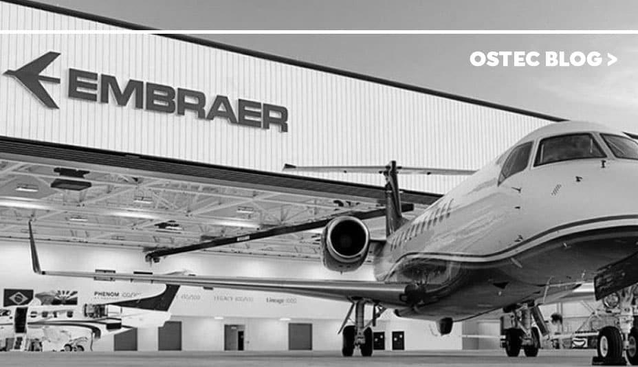 Fachada da empresa Embraer com um avião na frente.