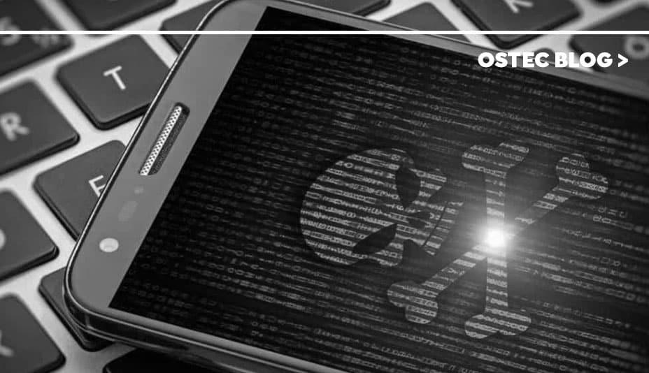 Caveira exibida na tela de um smartphone, simbolizando o malware Rogue.