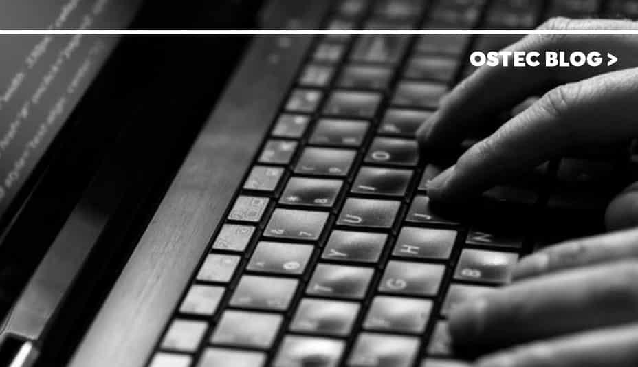 Mãos digitando em teclado de computador
