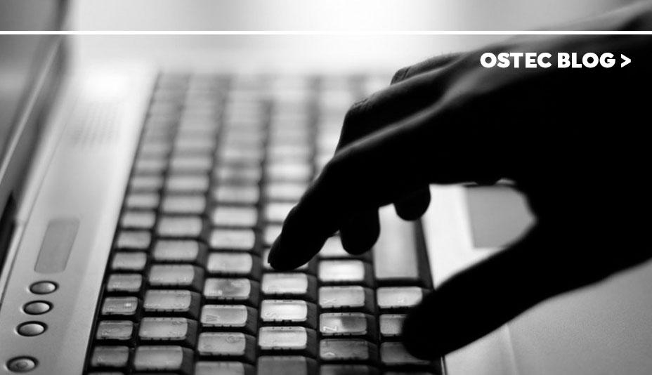 mão digitando teclado