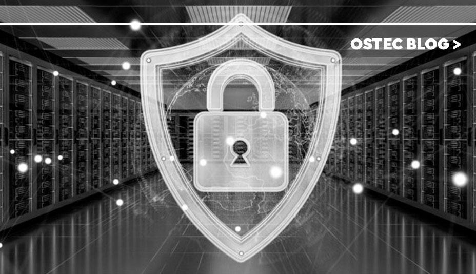 cadeado vetorizado sobre imagem de um corredor de servidores