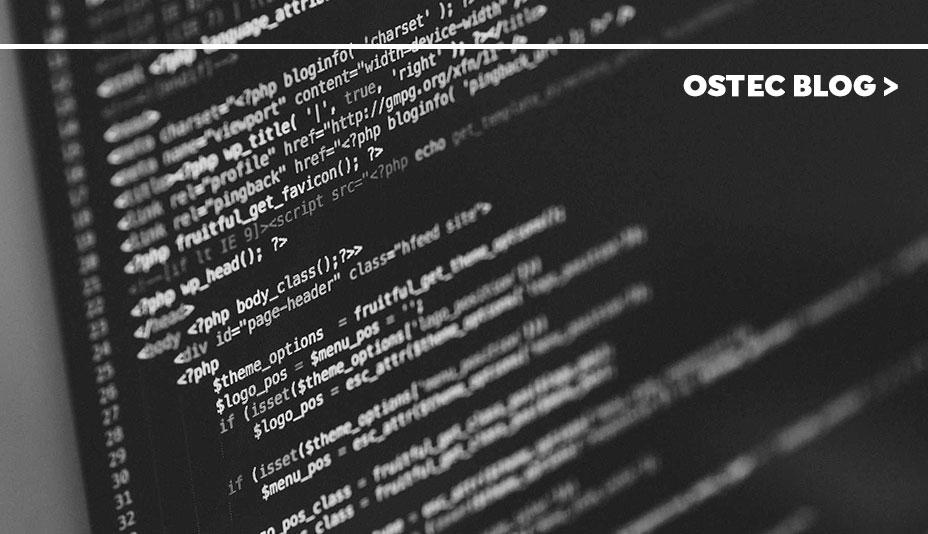 Close em tela de computador exibindo linguagem de programação