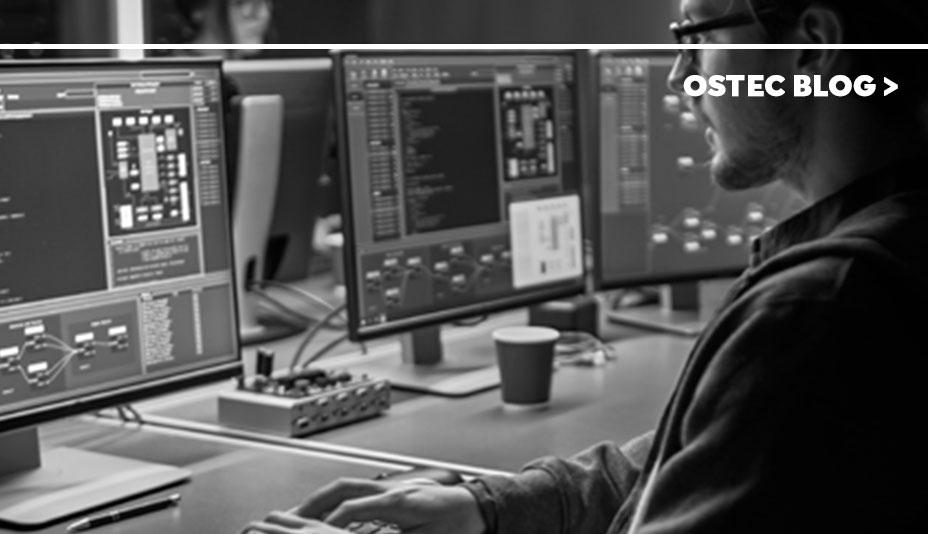 Homem em frente ao computador