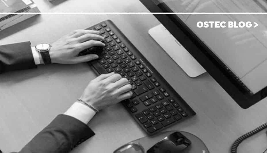 homem digitando em teclado de computador
