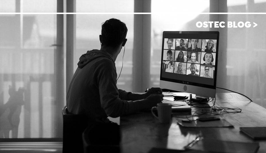 Jovem de fones de ouvido em reunião pelo computador