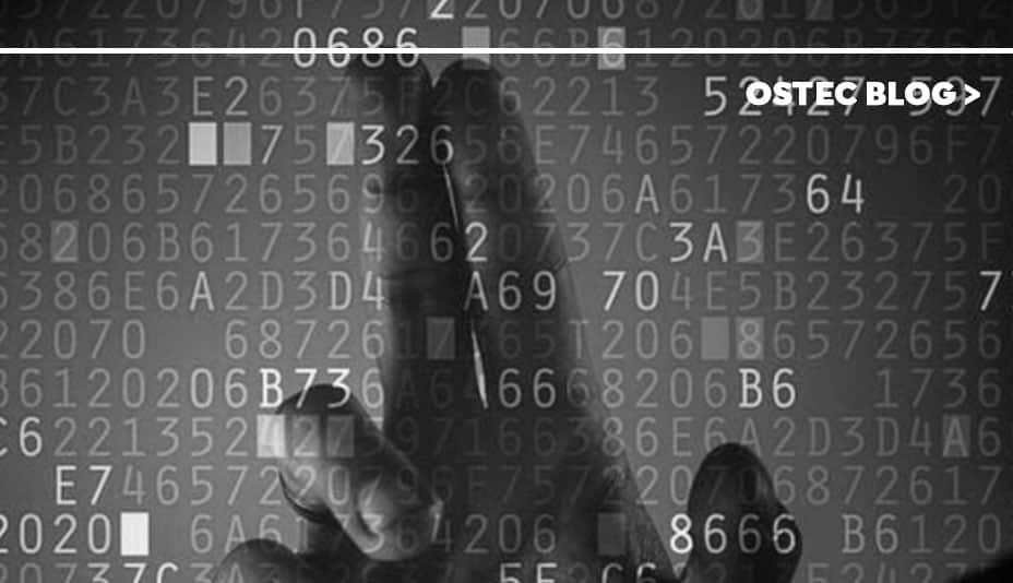dedos tocando tela com códigos binários