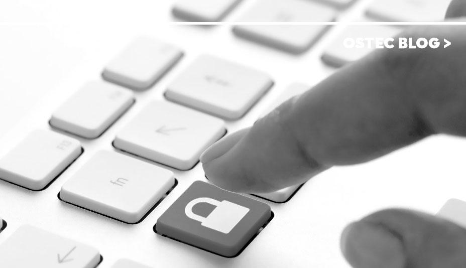 dedo sobre cadeado desenhado em tecla de computador
